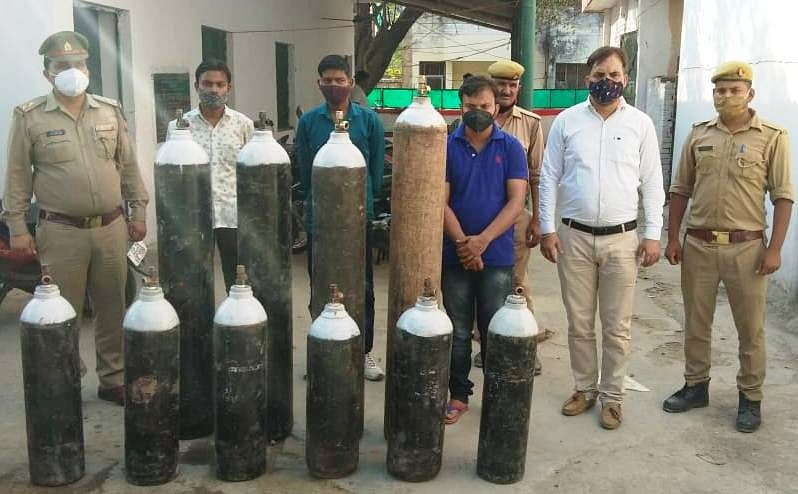 कानपुर में ऑक्सीजन सिलेंडरों की कालाबाजारी में लिप्त न्यूज चैनल के एंकर समेत चार गिरफ्तार