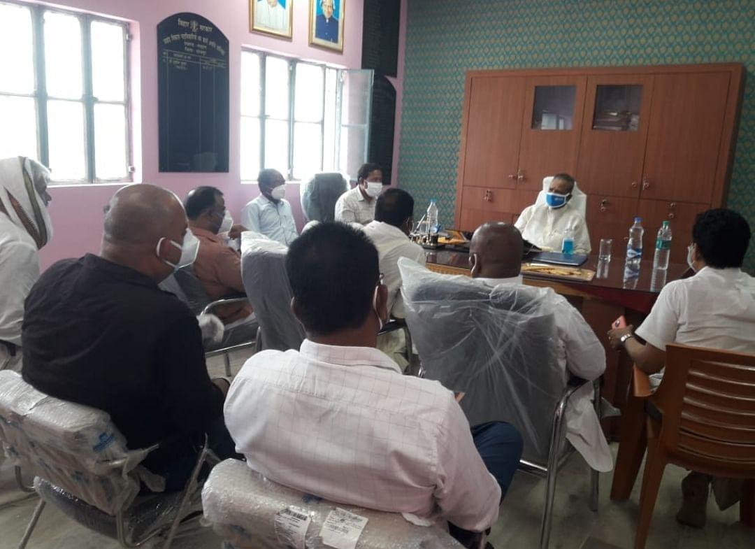भोजपुर के बड़हरा में सभी गांवों को सेनेटाइज करने और कोरोना जांच व टीकाकरण तेज करने को ले विधायक ने की बैठक