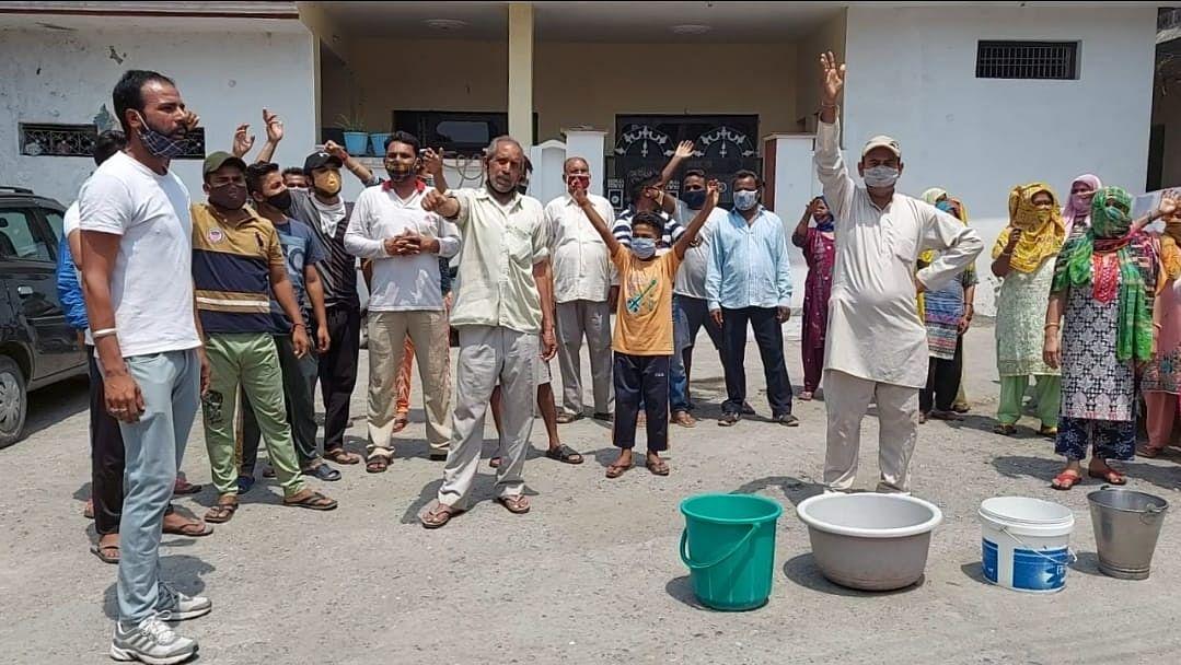पेयजल की समस्या को लेकर वार्ड़ 4 के स्थानीय लोगों ने जल शक्ति विभाग के खिलाफ किया प्रदर्शन