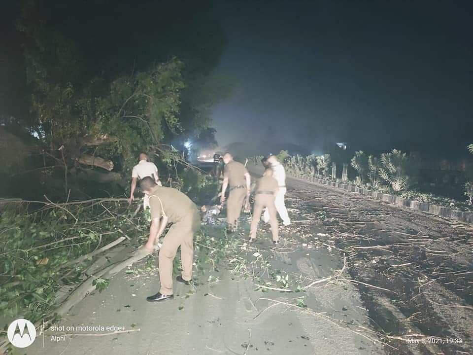 तूफान के चलते राष्ट्रीय राजमार्ग पर गिरे पेड़ों को पुलिस ने हटाया