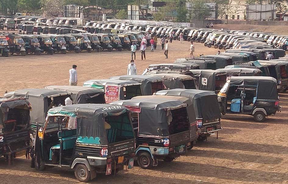 मंत्री सिसौदिया की अपील पर सिया कल्चरल सोसायटी ने ऑटो चालकों को बांटा राशन