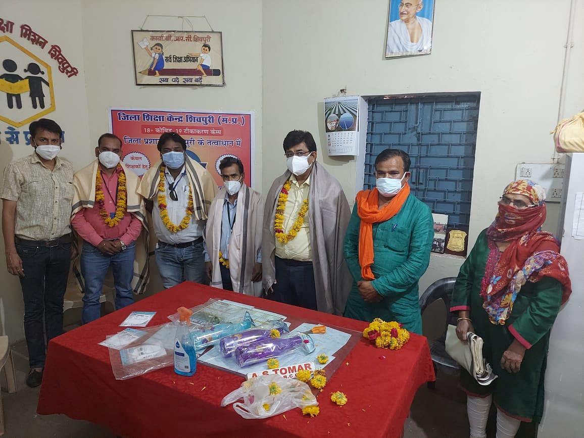 शिवपुरी में 161 शिक्षकों को लगाया गया कोरोना  से बचाव का टीका