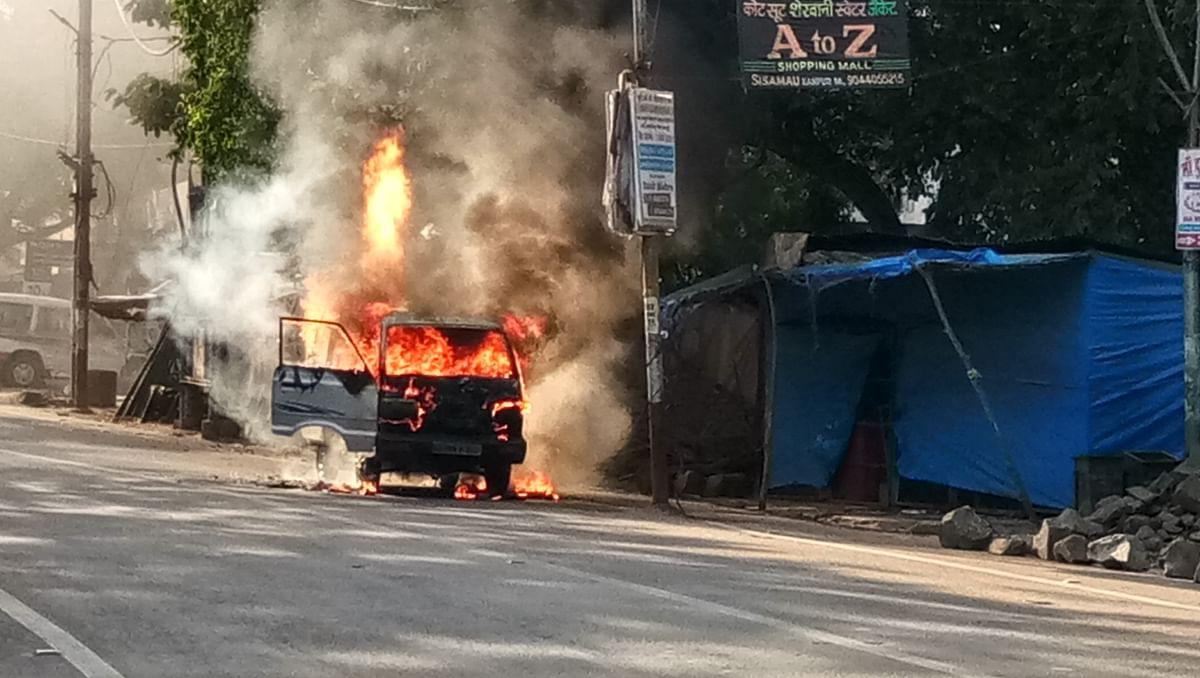 हमीरपुर में ओमनी कार बनी आग का गोला