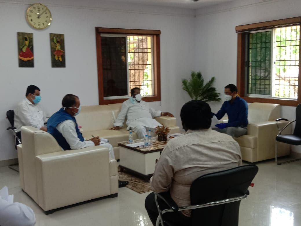 मंत्री ने वरीय प्रशासनिक अधिकारियों के साथ की समीक्षा बैठक