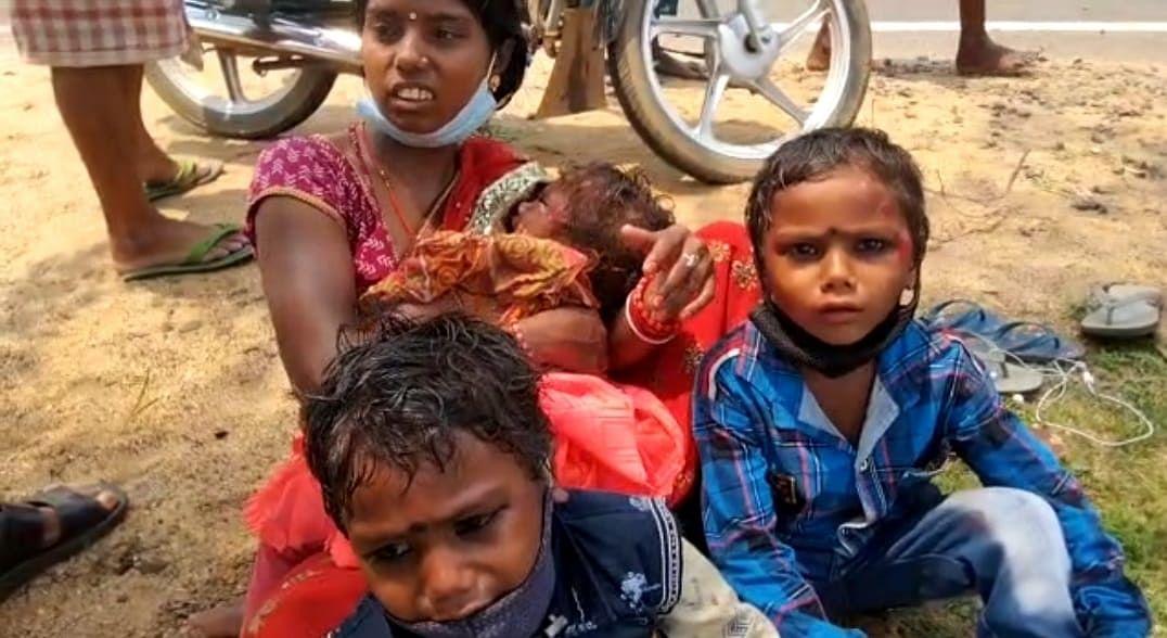 अज्ञात वाहन की चपेट में आने से तीन बच्चों समेत बाइक सवार दंपति घायल