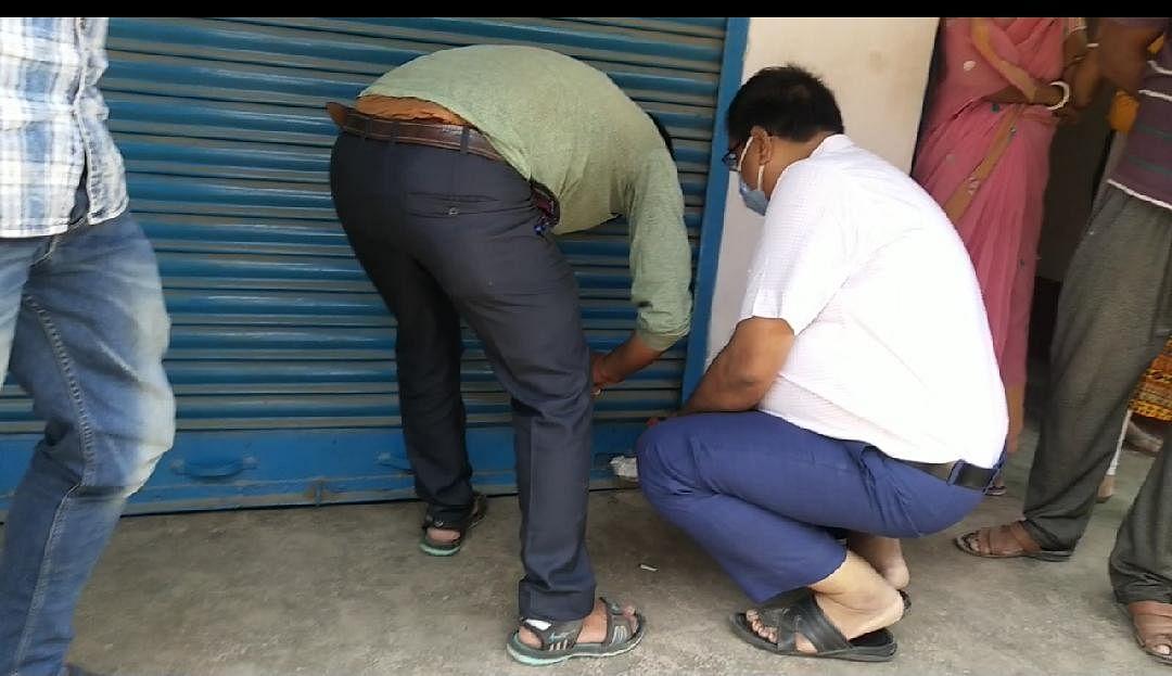 अंचलाधिकारी ने दो दुकान को किया सील