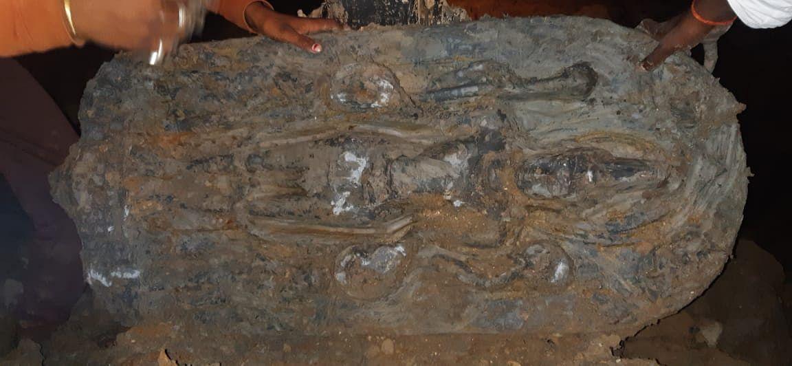 तालाब से मिट्टी काटने क्रम में मिली भगवान की मूर्ति, पूजा अर्चना शुरू