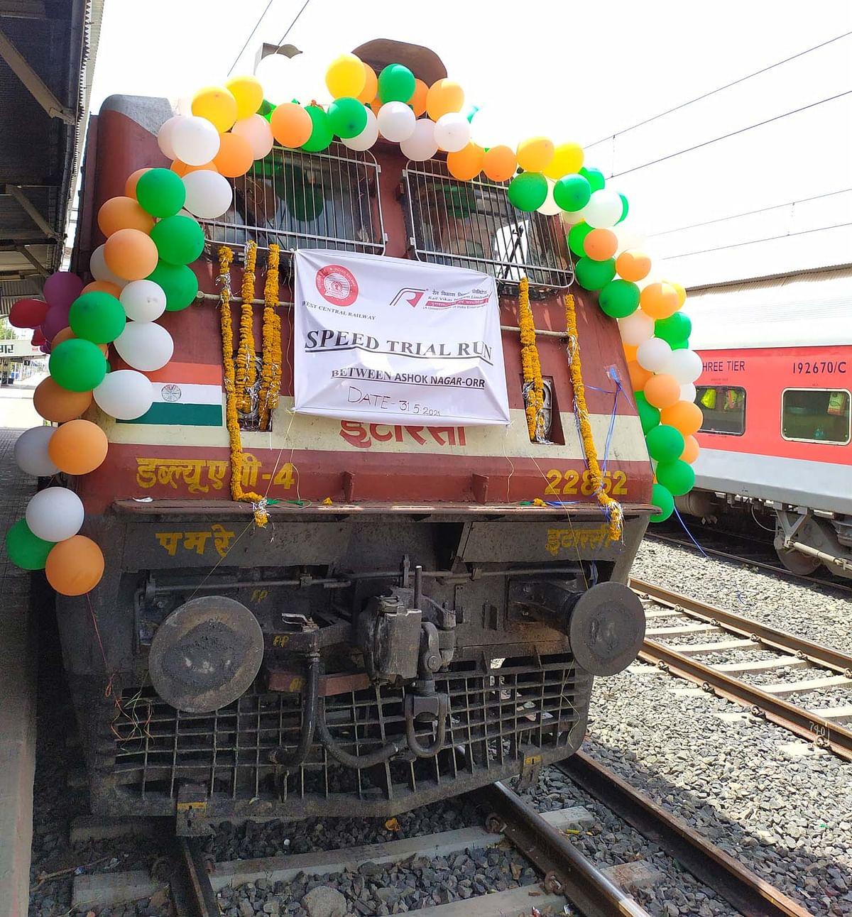 अशोकनगर-ओर स्टेशन के बीच 110 की स्पीड से तिरंगे गुब्बारों से सजा दौड़ा इंजन, सफल रहा ट्रायल