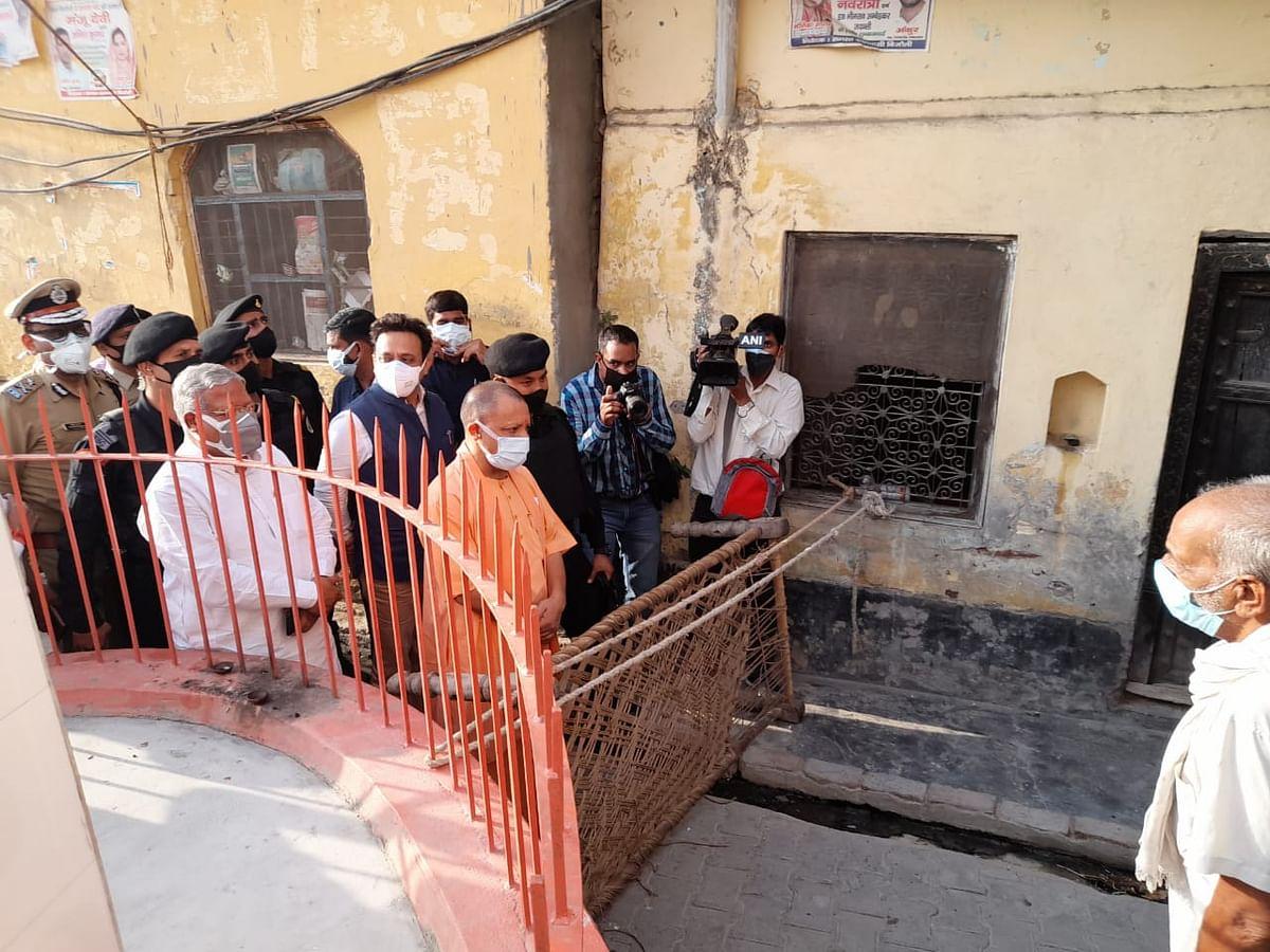 मेरठ : अपने द्वार 'योगीजी' को देख गदगद हुए ग्रामीण, सादगी की मुक्त कंठ से कर रहे प्रशंसा