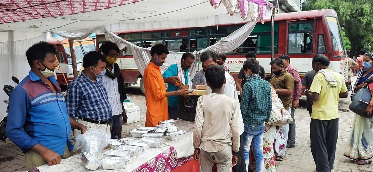कोरोना संकट काल में सेवा भारती व संघ कार्यकर्ता बने सहारा, जरूरतमंदों को दे रहे भोजन
