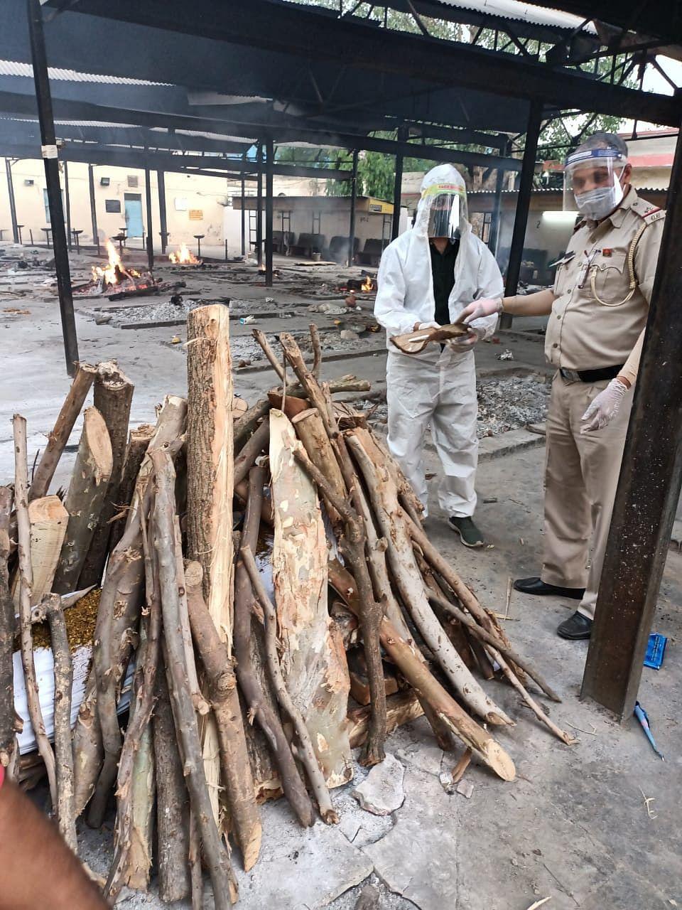 (अपडेट) एएसआई राकेश कुमार: 1200 शवों के कराए अंतिम संस्कार, 80 को दी मुखाग्नि
