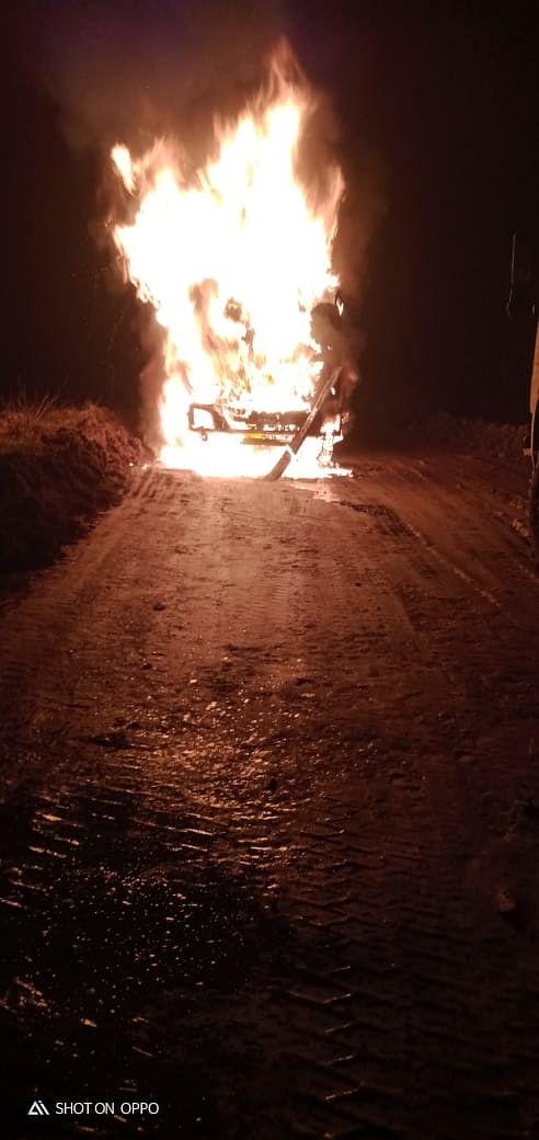 लातेहार में  अपराधियों ने ट्रक में  लगाई आग