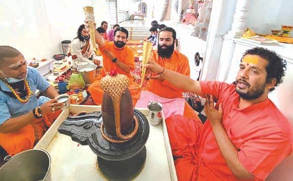 कोरोना समाप्ति व विश्व कल्याण के लिए किया भगवान शिव का अभिषेक