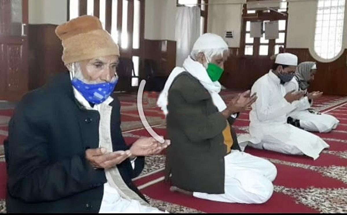 मस्जिद में पांच लोगों ने अदा की ईद की नमाज
