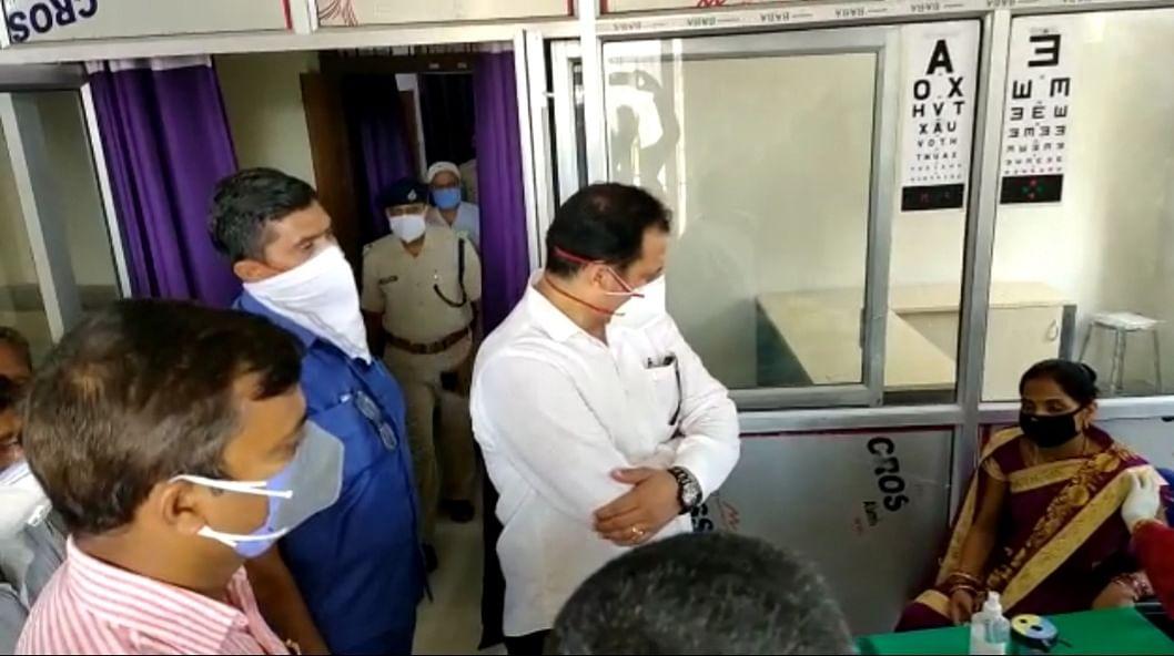 मंत्री ने अनुमंडलीय अस्पताल का किया निरीक्षण, कई चिकित्सक अनुपस्थित