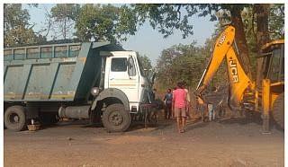 कोयला से भरा ट्रक पेड़ से टकराया, सहयोगी की मौत, चालक फरार