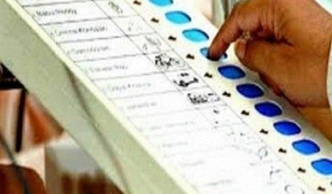 असम में मतदान केंद्र पर ऐसी ईवीएम मशीन जिसका इस्तेमाल वोटिंग में नहीं हुआ