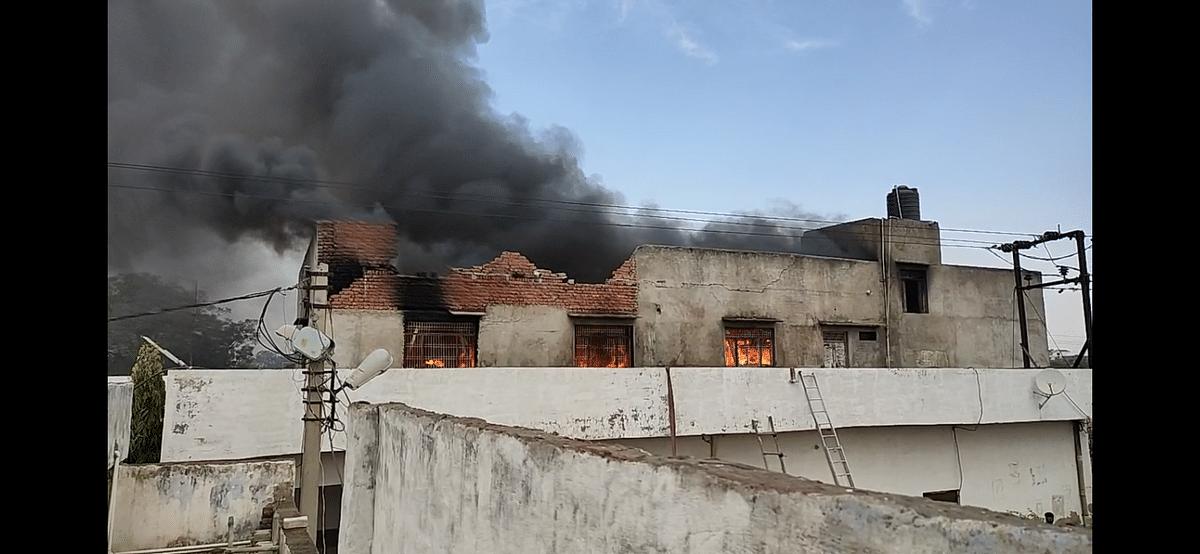 हाथरस : सपा नेता की बैटरी फैक्ट्री में लगी आग, 25 लाख का नुकसान