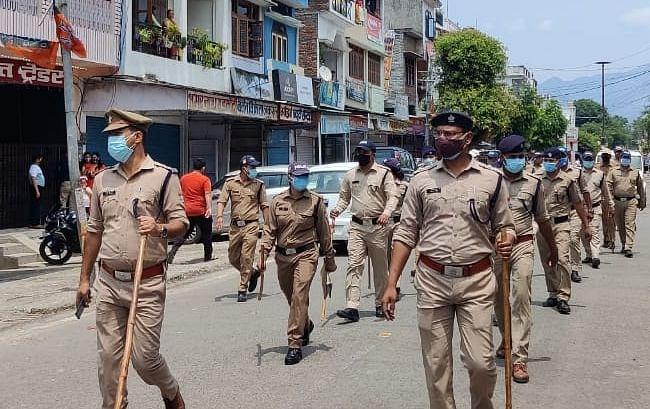 टनकपुर में पुलिस ने निकाला फ्लैग मार्च, क्षेत्रीयवासियों से की कोविड नियमों का पालन करने की अपील