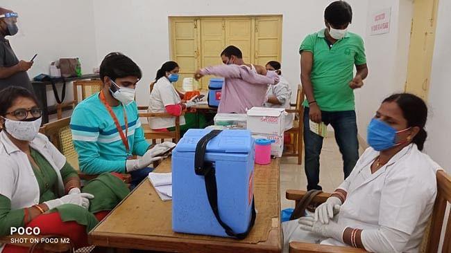 अभाविप टीकाकरण केन्द्रों पर वालिंटियर्स के रूप में कर रहे कार्य