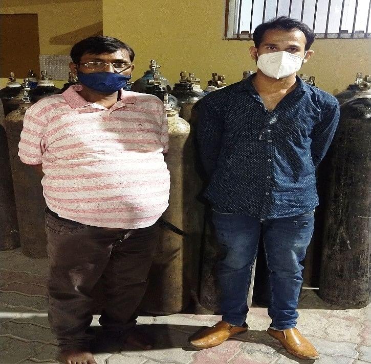 ऑक्सीजन सिलेंडर की कालाबाजारी करने वाले मोटू-पतलू गिरफ्तार