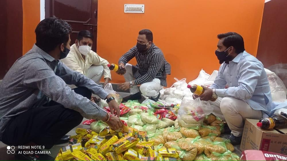 vhp-workers-distributing-relief-materials-to-the-priests-of-temples