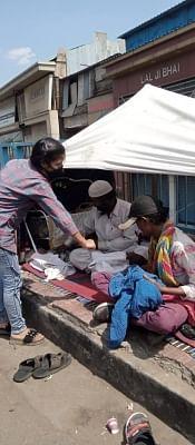 भोपाल में बालिकाओं का दल जरुरतमंदों को बांट रहा भोजन के पैकेट