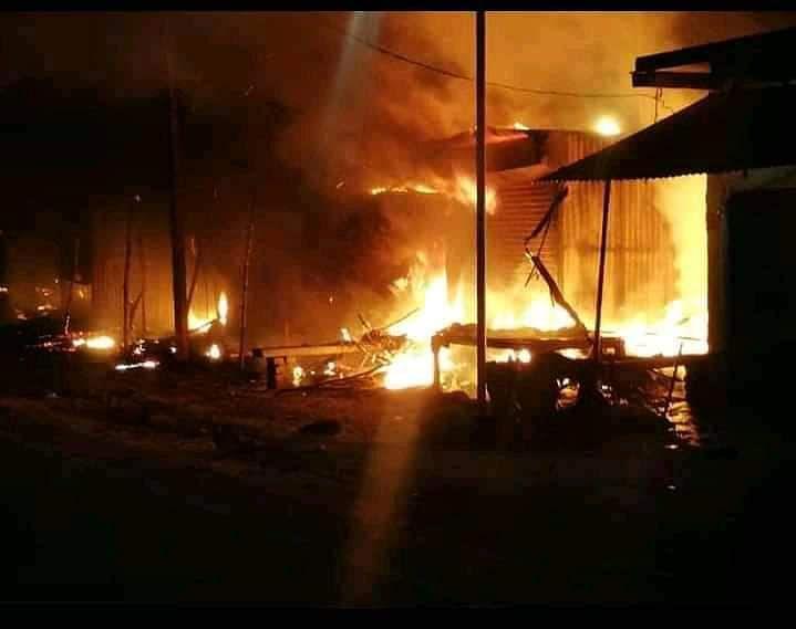 आग लगने से आधा दर्जन दूकानें जलकर खाक, बीस लाख की क्षति
