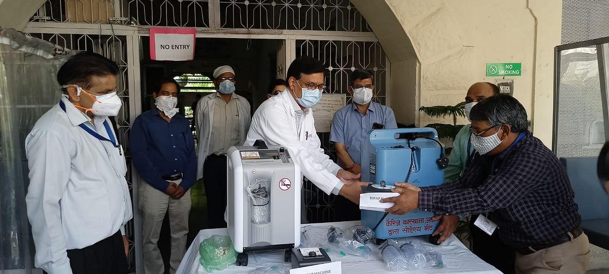 रेलवे कारखाना, अजमेर कर्मचारियों ने 9 लाख रुपये जमा कर 10 ऑक्सीजन कंन्सन्ट्रेटर सहित अन्य चिकित्सा उपकरण रेलवे अस्पताल को सौंपे