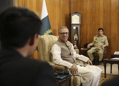 पाकिस्तान के राष्ट्रपति ने आम चुनावों में ईवीएम इस्तेमाल की अनुमति दी