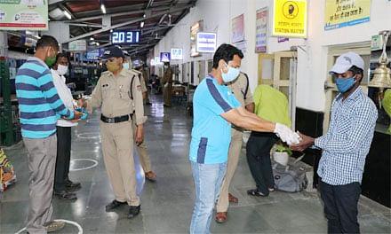थालसेवा ने ट्रेन में प्रवासी मजदूरों को बांटे भोजन पैकेट