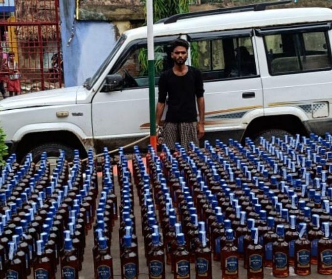 टाटा सूमो विक्टा गाड़ी से 520 बोतल विदेशी शराब बरामद, शराब तस्कर गिरफ्तार