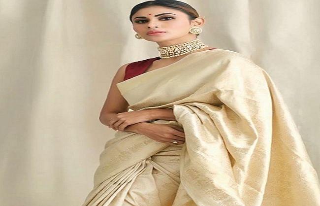 कोविड-19  की नकली दवा बनाने वालों पर भड़की अभिनेत्री मौनी  रॉय
