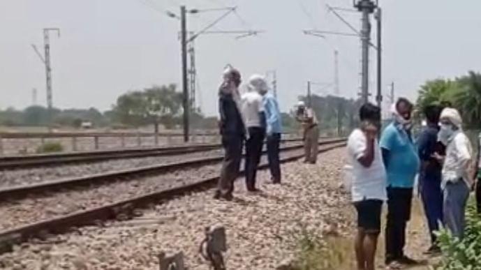 ट्रेन से कटकर बोरिंग मिस्त्री की मौत
