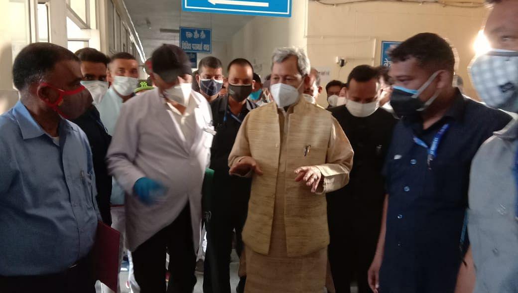 चंपावत में मुख्यमंत्री ने पीपीई किट पहनकर मरीजों का हाल जाना