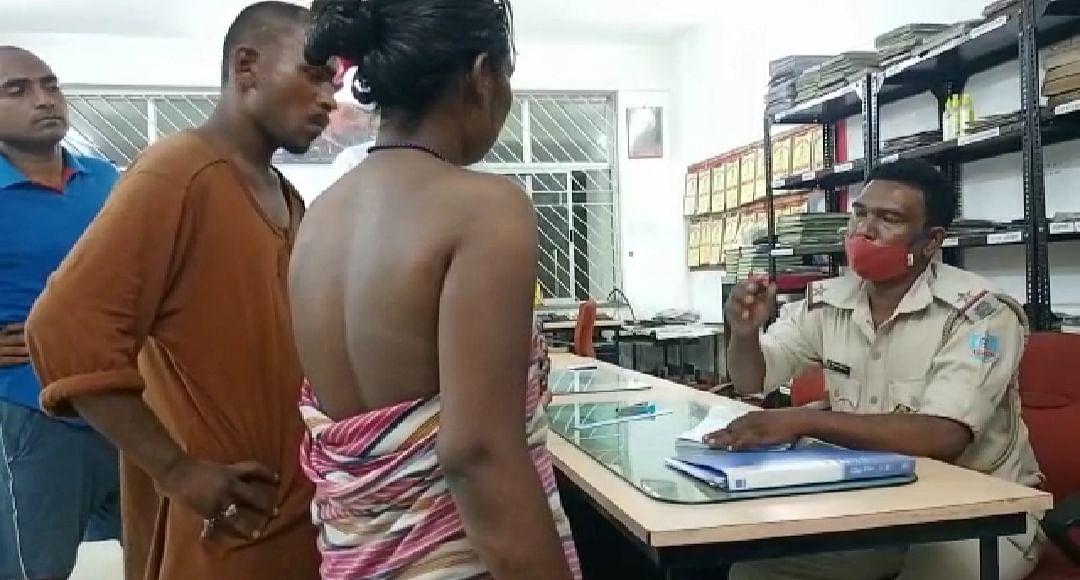 महिला अर्धनग्न अवस्था में पहुंची थाना, लगाई न्याय की गुहार