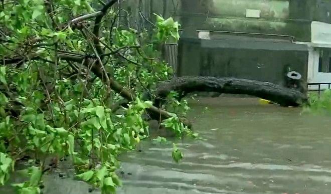Cyclone Yaas Updates: ओडिशा-बंगाल तटों पर पहुंचा 'यास', आधी रात तक झारखंड की ओर बढ़ने का अनुमान