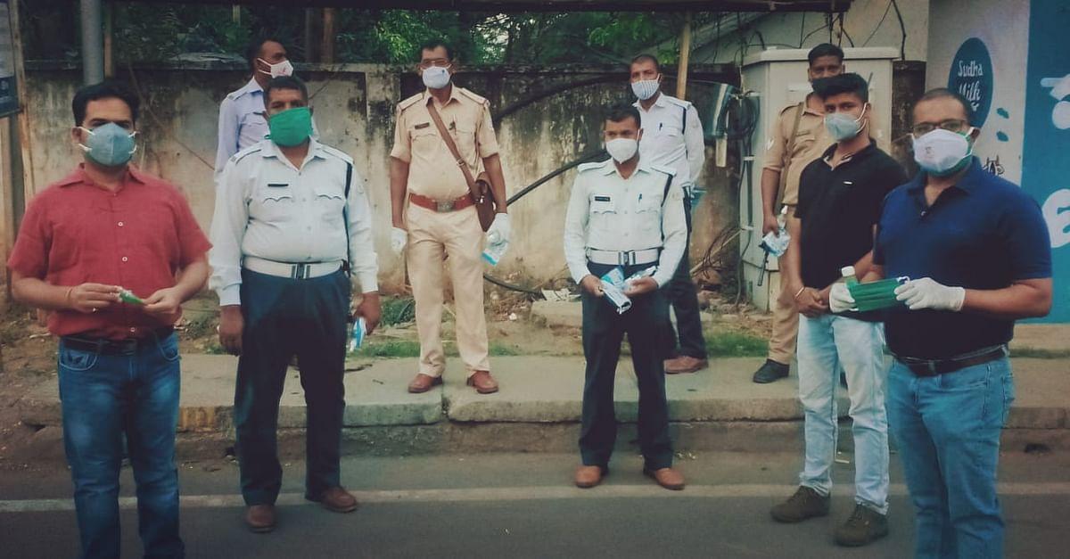 राहगीरों और ट्रैफिक पुलिस जवानों के बीच सैनिटाइजर का वितरण