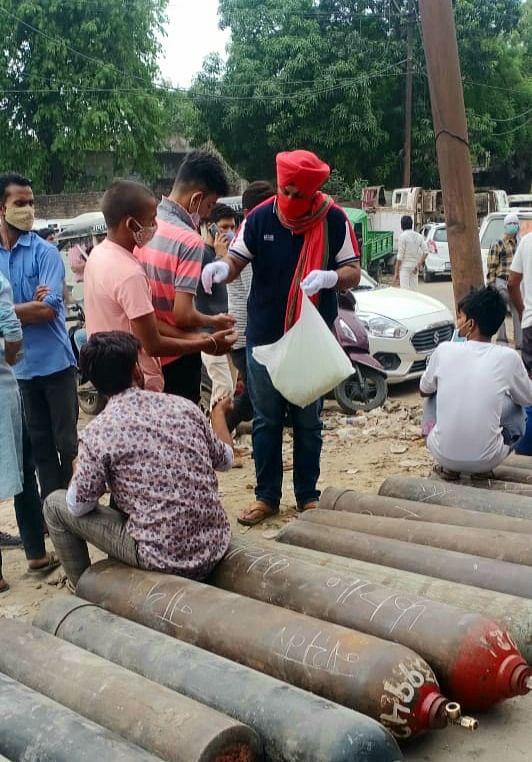 आपदा की घड़ी में सपा कार्यकर्ताओं ने की तीमारदारों की मदद