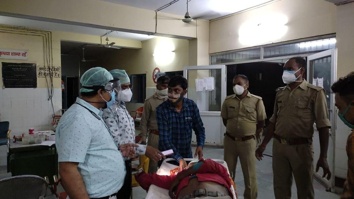 अलीगढ़ में टायर फटने से अनियंत्रित होकर पलटा लोडर टैम्पो, एक की मौत कई चोटिल