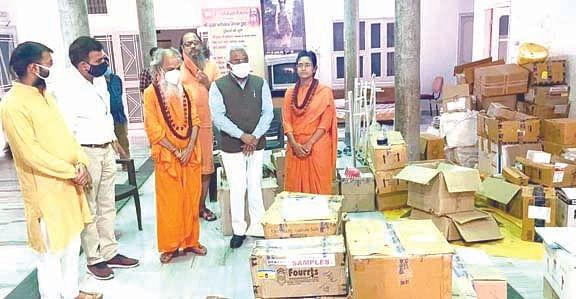 कुंभ मेला के दौरान बच्ची एक लाख रुपये की दवाएं प्रखर महाराज ने अस्पतालों को सौंपी