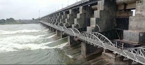 वडोद बांध से 960 क्यूसेक पानी छोड़ने से सौका-लिंबडी के बीच कच्चा पुल बहा, तीन गांवों से संपर्क टूटा