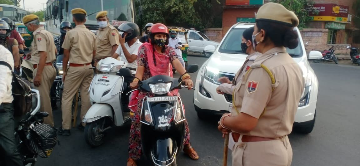 वीकेंड कफ्र्यू के पहले दिन पुलिस ने कई चालान काटे