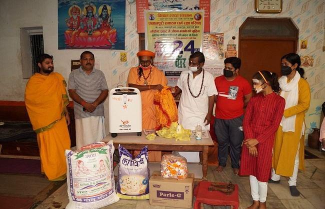 वाराणसी : कोरोना काल में पातालपुरी मठ जरूरतमंदों की कर रहा मदद