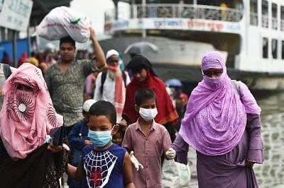 बांग्लादेश में नौका टर्मिनलों पर भीड़ को रोकने के लिए बॉर्डर गार्ड तैनात