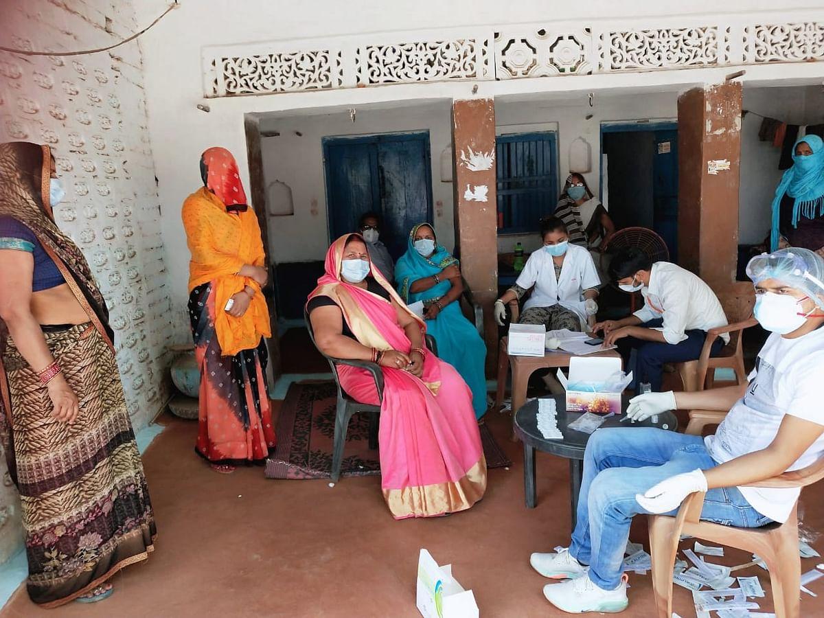 फतेहपुर : महिला ग्राम प्रधान के प्रयास से कोरोना स्वास्थ्य टीम पहुंची गाँव