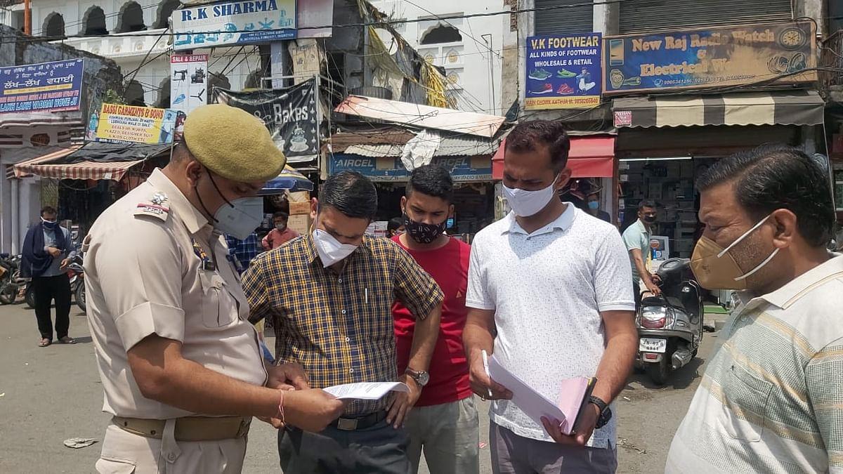 तहसीलदार गौरव शर्मा ने कठुआ शहर के मुख्य बाजार का दौरा कर नियमों का पालन करने की अपील की