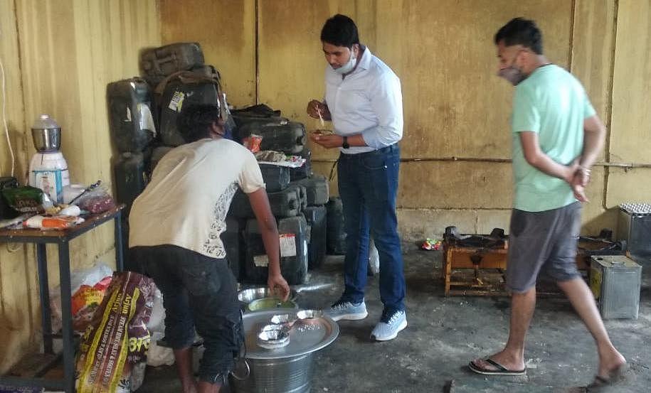 कोण्डागांव- खाद्य सुरक्षा अधिकारी पहुँचे कोविड केयर सेंटर, भोजन व्यवस्था का किया निरीक्षण