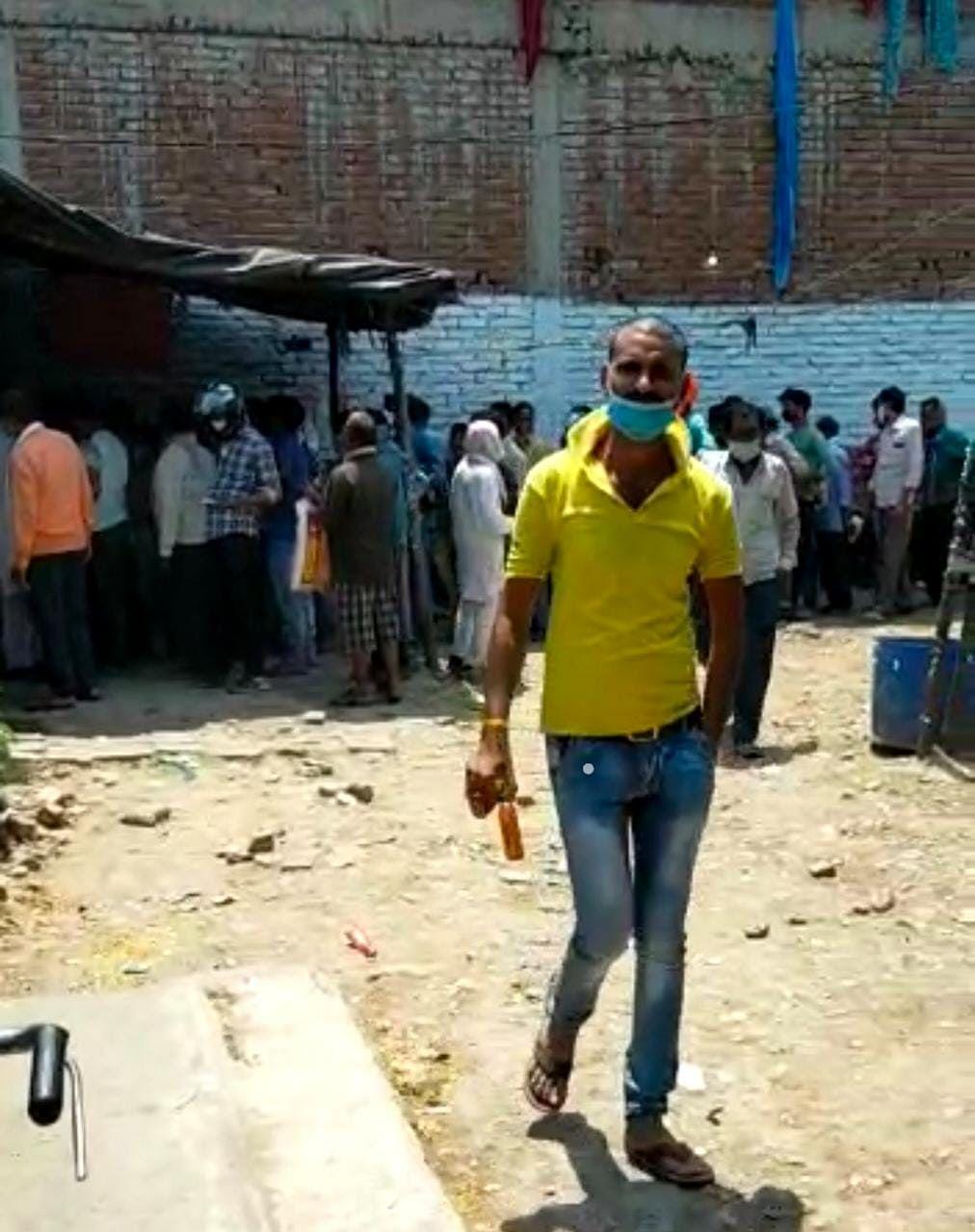 कानपुर में शराब ठेके खुलते ही उमड़ी भीड़, कोविड प्रोकोकॉल की उड़ी धज्जियां