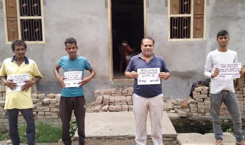 कोरोना संकट में निर्वाह भत्ता के लिए सैकड़ों मजदूरों ने किया प्रदर्शन